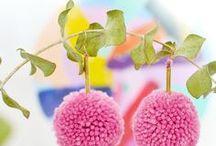 Pompoms DIY & Inspiration / Lass Dich inspirieren von DIY Pompoms Ideen: Pompom Kissen, Pompom Girlanden, Pompom Decken, Pompom Taschen, Pompoms Geschenkideen, Pompoms Schmuck, Pompoms Accessoires, Pompoms Deko, Pompoms Partydeko
