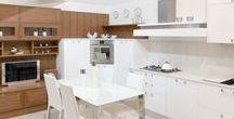 Cucina Mediterranea / Ante in legno frassino laccato bianco. Abbinamento in foto con soggiorno in legno noce.