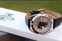 Mr. Jones Watches / Mr. Jones Watches je kultovní londýnskou značkou která věří, že hodinky mohou být i něco více než jen ukazatel aktuálního času. Mohou vás donutit přemýšlet, mohou se stát tématem k navázání konverzace, nebo jednoduše mohou být příčinou vaší dobré nálady. Tato značka je ve světě velice ceněna a patří mezi ikony designových hodinek.