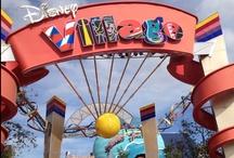Disney Village / Le Disney Village est situé à l'entrée des Parcs Disneyland Paris. Le lieu est composé de restaurants, spectacles, cinémas, boutiques, lac...