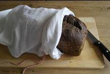 DIY - Broodzakken / Bespaar vele plastic zakjes, door je eigen broodzak te maken. Van katoen of linnen; om keer op keer te gebruiken. Je (ongesneden) brood blijft er prima vers in en het kan bovendien, met zak en al,  zo in de vriezer.