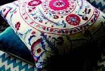 Sojourn de SANDERSON / La colección Sojourn de Sanderson evoca -al estilo inglés- el espíritu de los viajes de aventura. Los elementos gráficos y diseños tribales se combinan con formas orgánicas suaves y elegantes. Las dinámicas paletas de color van del magenta al verde azulado y el añil, pasando por los tonos tierra y neutros.