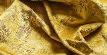 MODERN PALACE by Gancedo / Una colección de damascos modernos, sofisticados y a la moda, para interiores tanto contemporáneos como clásicos.  Tejida en rayón, algodón y poliéster, es apta tanto para cortinas como para tapizar. La paleta de colores minerales va desde el gris antracita, el azul marino y el amarillo dorado, pasando por el azul turquesa hasta el verde aguamarina.