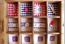 Casier d'imprimeur ©Marimerveille / Un casier esprit bistrot de paris, vintage  pour une cuisine. Récup' e bouts de tissus, récup' de petits objets : boutons, charm's, poupée chinée etc.  extraits de cahiers d'école vintage, Broderie etc. Harmonie des couleurs (rouge et bleu)