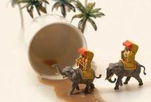 Miniature Dioramas / Diorama, gerçek veya kurgu bir olayın, anın veya hikâyenin ışık oyunlarının da yardımıyla üç boyutlu olarak modellenmesidir. Sergi amacıyla yapılmış üç boyutlu büyük tablo olarak da tanımlanabilir.
