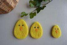 Pâques en laine cardée / Créations de Pâques en laine cardée - feutrage à l'aiguille : lapin, œufs de Pâques, mouton et fleur