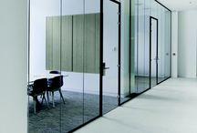 TecnoSlim / TecnoSlim is de meest strakke enkelglas wand in het gamma. Gecombineerd met lichte binnenwanden [gyproc, ytong ...] is dit een snelle en economische keuze die, op het vlak van esthetiek en comfort, niet moet onderdoen voor duurdere systemen. Het deurkader kan zowel voor volle als glazen deuren gebruikt worden. Toegangscontrole met een elektrische ontsluiter is mogelijk. De deuren kunnen tot kamerhoog worden uitgevoerd.