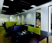 Systeemplafonds / Een systeemplafond is een plafond waarbij dmv plafondplaten en plafondprofielen en een ophangsysteem een vrij toegankelijke ruimte tussen de bovenliggende vloer en het plafond wordt gemaakt. Deze ruimte wordt gebruikt voor de aanleg van verschillende systeemleidingen. Verschillende typen en eigenschappen van plafonds kan men creëren, zoals daar zijn: bandraster-plafonds, vlakke inleg, verdekt, strekmetaal of metalen cassettes, actieve lamellen-plafond, ...