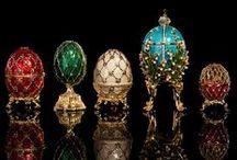 """Peter Carl Fabergé / Peter Carl Fabergé conocido también como """"Karl Gustavovich Fabergé"""" , fue un joyero ruso. Es considerado uno de los orfebres más destacados del mundo, que realizó 69 huevos de Pascua entre los años 1885 a 1917, 61 de ellos se conservan. Para la Pascua de 1883, el zar Alejandro III le encargó la construcción de un huevo para regalarle a su mujer, la zarina María."""