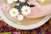 Manicure / Uw handen verraden uw leeftijd nog meer dan uw gezicht. De huid op de handrug is immers extreem dun en er is geen onderhuids vetlaagje om de huid te ondersteunen. Dat betekent dat je ouderdomsverschijnselen en rimpeltjes als eerste ziet op de handen, zeker als ze fijn en smal zijn. Een goeie handverzorging is dan ook geen overbodige luxe.