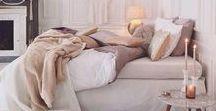 Romantische Slaapkamer / Sierlijk, zacht en met rijke materialen. Dat is typisch een romantische woonstijl. Leef je helemaal uit in de slaapkamer met zachte kleuren, brocante accessoires, klassieke dessins en pastel tinten.