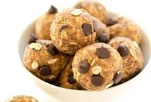 Flax Energy Bites / A collection of energy balls with flax