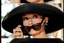 """[Audrey Hepburn ] / """"Para ter lábios atraentes, diga palavras doces.  Para ter olhos belos, procure ver o lado bom das pessoas. Para ter o corpo esguio, divida sua comida com os famintos. Para ter cabelos bonitos, deixe uma criança passar seus dedos por eles pelo menos uma vez ao dia.  Para ter boa postura caminhe com a certeza de que nunca andará sozinha."""""""