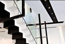 Atelier Showroom Notify / Des jeux de reflets, de trompe-l'œil, de transparences… un show-room construit sur l'illusion comme cet escalier suspendu tel un papier plié en accordéon où le noir souligne le blanc pour mieux le faire disparaître.