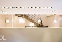 Showroom Zimmer + Rhode / Pour ce show-room parisien, Hélène et Olivier Lempereur ont pu laisser libre cours à leur passion des matières en faisant dialoguer la pierre, le marbre, la céramique, le béton teinté, le chêne et le noyer. Un panorama de textures qui ouvre à la diversité des collections du tisseur Zimmer and Rohde, accessibles par un escalier monumental coffré en béton.
