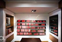 Editions de parfums Frédéric Malle / Pour sa première boutique, Hélène et Olivier Lempereur ont transcendé les intuitions du parfumeur Frédéric Malle, esthète exigeant et raffiné, en créant un lieu où affleure une histoire. Chaque pièce de mobilier, chaque élément décoratif se devait d'être une évidence, comme s'il avait toujours fait partie du décor de ce cabinet où les flacons s'alignent au milieu des livres, des photographies, des objets de curiosités…