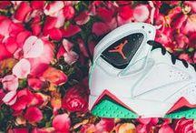 Air Jordan VII / La chaussure Air Jordan 7 Retro est une renaissance qui poursuit la tradition de hautes performances et de style élégant qu'incarne le modèle original avec ses détails Jumpman caractéristiques et sa tenue qui épouse la forme du pied.