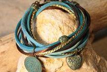 Ibiza Bracelets van Bynookz / Alle bracelets van Bynookz zijn handgemaakt en geïnspireerd op de bohemien Ibiza stijl! Alle armbanden bestaan altijd uit een aantal koorden van verschillende materialen zoals leer, lint, satijn koord, faux suède etc. Ze zijn altijd voorzien van bedels of mooie kralen.