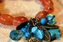 Treasure Jewelry / Mooie armbanden en lange kettingen met een echte 'treasure'. een bundel van bedels en kralen. Een echter schat om je pols en hals.
