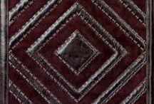 Panele / Panele, ręcznie wykonane z najwyższej jakości skóry. W ofercie mamy różne wzory i kolory. Pięknie wyglądają oprawione w ramę lub wbudowane w mebel. Z powodzeniem niewielkim kosztem zastąpią dzieło sztuki!   Wymiary paneli : 40 x 40 cm.  In Situ, ul. Powsińska 16 Warszawa (II piętro).