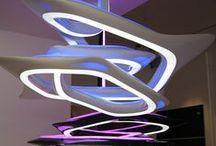 """Zaha Hadid ❦ / Ihr Baustil und Design wird von Architekturkritikern und von ihr selbst als fließend oder als kinetisch (auf der Bewegung basierend) bezeichnet. Hadids Geschäftspartner Patrik Schumacher definiert ihren Stil als parametrisch und meint damit eine """"Eleganz geordneter Komplexität und den Eindruck nahtloser Fluidität"""" (Fließfähigkeit), was auch den """"natürlichen Systemen"""" entspricht."""