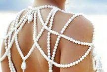 ~Pearls / Beads / Perlen tragen zur Lebenserfahrung bei. Sie zeigen den Weg, mit Problemen umzugehen und diese zu konfrontieren. Sie decken auf diese Weise Blockaden oder Traumata auf und helfen bei der Bewältigung von inneren Konflikten, Schmerzen, Enttäuschungen und Trauer. Perlen stärken damit das geistige Wachstum und be mehr bescheren mehr Zufriedenheit. Perlenketten sollen darüberhinaus die Intuition steigern und vor Unheil oder anderen Gefahren warnen, wenn Menschen für diese besonders empfänglich sind.