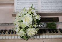 Свадебный букет для ретро съемки / Для очаровательной Марии мы подобрали букет в светлых тонах. Белые фрезии, розы и вкрапления зеленой гортензии великолепно сочетаются с ее образом.