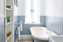 Wohnen: Badezimmer / Bathroom / Badezimmer einrichten, dekorieren, gestalten, Interieur, Dusche, Waschplatz, Waschbecken, Spiegelschrank,