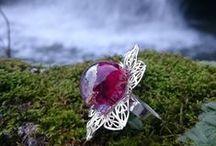 LA FABRIQUE DES ELFES / Bienvenue dans la Fabrique des Elfes ! Entrez dans mon univers romantique, naturel et coloré (ou pas !), saupoudré de paillettes et de magie, où chaque création est inédite et composée avec amour et passion. Toutes mes créations sont différentes et uniques. Il n'y a qu'un seul exemplaire de chaque. N'hésitez pas à me suivre sur ma page Facebook. https://www.facebook.com/lafabriquedeselfes  A bientôt ;)