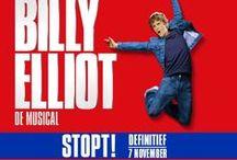 Billy Elliot / Billy Elliot, geinspireerd op de wereldberoemde film, vertelt het verhaal over de 11-jarige Billy. Hij zit op boksen maar als hij per toeval in een balletles terecht komt ontdekt hij tot zijn eigen verbazing zijn danstalent. Tegen de wil van zijn vader in gaat hij fanatiek trainen om zijn droom te kunnen verwezenlijken. Hetgeen hem thuis grote problemen oplevert.