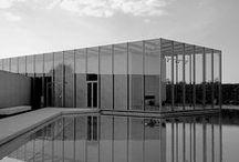 Tadao Ando / Architecte autodidacte Japonais, ancien boxeur professionnel, passionné par l'oeuvre de Le Corbusier  et utilisant le béton comme matériaux de prédilection. Il reçoit le prix Pritzker en 1995. Il est l'auteur entre autre du Musée d'Art moderne de Fort Worth, de la Fondation Pulitzer pour les arts aux USA ou encore du théâtre Tengawa.