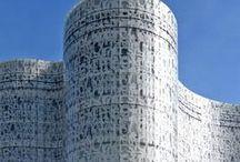 Herzog & de Meuron / Herzog & de Meuron est une agence d'architecture suisse basée à Bâle par Jacques Herzog et Pierre de Meuron. L'agence a réalisé le Tate Modern, Bankside à Londres, et a obtenu le prix Pritzker en 2001 pour l'ensemble de leurs réalisations. Leur travail est caractérisée par l'expérimentation et la recherche artistique tant visuelle que dans le choix des matériaux et leur mise en œuvre qui met en relation l'intérieur avec l'extérieur d'une façon concrète et poétique à la fois.