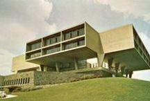 Eero Saarinen / Architecte et designer américain d'origine finlandaise. Ses constructions sont marquées par l'influence du style international ; Saarinen était connu pour varier son style en fonction des projets et construisit des bâtiments de formes et de fonctions très hétérogènes. Quelques réalisations : La Tulip Chair (éditée par Knoll), le TWA Flight Center de l'aéroport international John-F.-Kennedy New York ou encore le Théâtre-Concert Hall, Lenox, Massachusetts (1937-1959).
