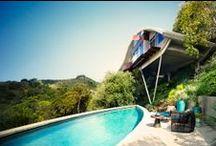 John Lautner / Architecte américain dont la production très influente, essentiellement située en Californie du Sud, combinait la prouesse technique avec une architecture très sensuelle et spectaculairement futuriste. On lui doit notamment les réalisations de Chemosphère et la villa Segel à Malibu.