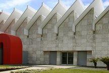 Renzo Piano / Architecte Italien. Il est lié au mouvement high-tech. Son association avec Richard Rogers et la conception du Centre Pompidou le démontrent clairement.  Au-delà de cette esthétique high-tech, l'œuvre de Renzo Piano est marquée par un grand souci d'intégration dans le contexte qui lui impose d'adapter l'esthétique de son bâtiment à l'environnement dans lequel il prend place. Il reçoit le prix Pritzker en 1998.