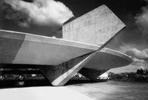 Mendes da Rocha / Architecte brésilien qui fait partie du groupe des modernistes brésiliens qui ont créé un style particulier, à la fois international mais ancré dans l'esprit brésilien. Ses lignes épurées reflètent l'esprit de São Paulo, la capitale économique du pays, et son style est assimilé à « l'architecture brutaliste pauliste », un mouvement de créateurs attachés aux formes et aux matériaux simples et à une certaine éthique. Il a reçu le Prix Pritzker en 1986.