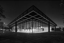 Mies Van de Rohe / Architecte Allemand dont les plans et projets sont caractérisés par des formes claires et l'utilisation intensive du verre, de l'acier et du béton.Il essaye de créer des espaces neutres, contemplatifs grâce à une architecture basée sur l'honnêteté des matériaux et l'intégrité structurale. Ses réalisations témoignent de l'intérêt prononcé qu'il porte au rapport intérieur-extérieur. L'espace extérieur est en effet considéré comme un prolongement de l'espace intérieur.
