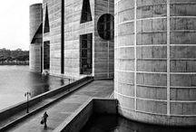 Louis Kahn / Architecte américain né en 1901. Intéressé par le logement social, il crée un groupe de recherche sur les problèmes d'urbanisation à Philadelphie. Il connut la notoriété en tant qu'architecte après la Seconde Guerre mondiale, avec des bâtiments comme le Centre de recherches médicales Newton-Richards à Philadelphie ou l'Assemblée nationale du Bangladesh. Il dessina de nombreux plans de bâtiments sur les campus universitaires américains, avec l'exigence de l'éclairage par la lumière naturelle.