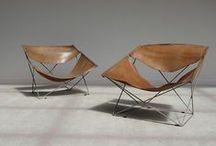 Pierre Paulin / Designer français. La particularité de son design réside dans les matériaux utilisés pour la fabrication des sièges. Ceux-ci sont rembourrés de mousse et habillés avec un tissu élastique, appelé « jersey ».