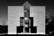 Mario Botta / Architecte suisse. Il travaille en 1965 dans l'atelier de Le Corbusier puis ouvre sa propre agence en 1970. Après avoir construit une vingtaine de maisons individuelles, il se dédie à la construction culturelle. Les idées fortes que défend Botta sont que « l'architecture n'est pas un problème esthétique, mais éthique ». Une des œuvres les plus célèbres de Botta est la maison ronde de Stabio en 1982. Il a aussi réalisé le musée d'art moderne de San Francisco.