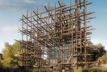 Sou Fujimoto /  Architecte japonais.Il s'inscrit dans l'héritage de la culture japonaise, et se fait connaître en produisant des formes inédites. Il appelle son style « l'avenir primitif ». Il oriente sa réflexion autour de deux états embryonnaires : la grotte ou le nid.  À travers ses projets, il cherche à offrir  des lieux qui permettent des possibilités d'actions et de fonctions multiples.  La forme architecturale produite est généralement assez simple mais peut sembler complexe de par sa forme géométrique.