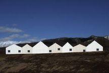 Shigeru Ban / Architecte japonais.Lauréat du Prix Pritzker 2014.Il est connu pour ses constructions à base de tubes de carton fort, destinées par exemple à monter des habitations temporaires pour réfugiés après des catastrophes naturelles. Son travail toutefois ne se limite pas aux strictes situations d'urgence. En 2013, en Nouvelle-Zélande, est inaugurée une cathédrale de « transition »,destinée à remplacer, le temps de sa reconstruction, la cathédrale de Christchurch, en grande partie détruite par un séisme