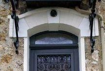 Une #PORTE D'ENTREE pour la maison / La première impression de votre demeure est donnée par votre #porte d'#entrée. Son aspect esthétique compte autant que ses propriétés isolantes et sécurisantes. Les couleurs, les formes, les styles (vitrée, semi-vitrée), les matériaux (porte en #PVC, Bois, ALU), sont les composants essentiels d'une #porte en harmonie avec son habitat.