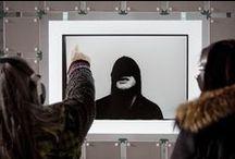 Réserve déboussolée | Biennale Internationale Design Saint-Étienne 2015 / L'exposition Réserve déboussolée est un voyage à l'intérieur d'un laboratoire qui mêle le son et l'image, l'organique et le numérique. Le son est le cœur : il est de tous les styles, puisant dans le catalogue indépendant de la plate-forme d'écoute 1D touch. Les images, photographiques et sérigraphiées, se répondent à travers les sens, la matière et la musique qu'on voudra en accord, en dissonance, en résonance.