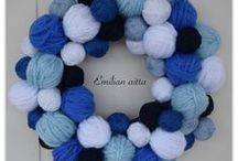 DIY: Kranssit - Wreaths / DIY: Emilian aitta käpykranssi lankakeräkranssi wreath käpykranssi yarn ball wreath kranssit pallokranssi blue and white joulupallokranssi joulukranssi havukranssi suodatinpussikranssi suomi100