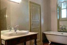 Salle de bains / Bathroom / Baignoires et douches exceptionnelles, tadelakt, faïence ancienne, béton ciré, lignes pures ou ambiance baroque, des salles de bains d'aujourd'hui comme des palais pour la détente et le corps.