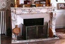 Cheminée / Fireplace / L'âme du lieu, une chaleur douce, des envies de discussions entre amis devant le feu de bois, cheminées XVIIIe en marbre, rustiques en pierre ou contemporaines aux lignes sobres, elles réchauffent rien qu'en les regardant.