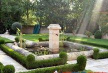 Jardin / Garden / Parfois un balcon suffit, une terrasse ou quelques mètres carrés pour une maison de ville ; à l'anglaise, à la française ce qui compte c'est mettre les mains dans la terre :-)