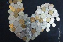 Праздничный декор монеты и пуговицы