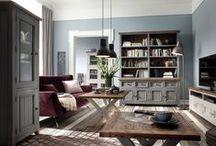 Meble z kolekcji Iron / Meble sosnowe Iron wykonane z drewna z odzysku, z charakterystycznymi pęknięciami czy dziurami po kornikach, nadają kolekcji niesamowitego wyglądu, a lakierowanie na kolor antycznej szarości wspaniale oddaje wyjątkowość mebli. Idealnie wkomponują się we wnętrza w stylu nowoczesnym.